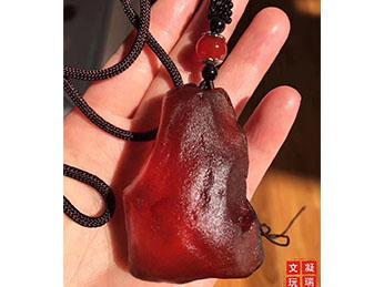 红皮金珀蜜蜡原石,色泽鲜红如血,包浆浑厚