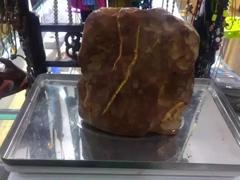 一斤多重的蜜蜡巨无霸原石能做什么,大家来瞅瞅!